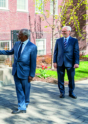 image of Kofi Annan with student leaders on campus in May 2018
